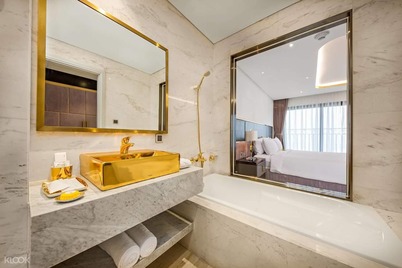 Bức tường kính giữa nhà tắm và phòng ngủ tạo nên một khu sinh hoạt mở